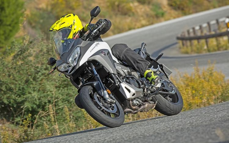 Honda VFR800X 2015 teszt - a stresszmentes színtiszta élvezet